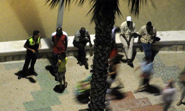 Molestando a los [negros] vendedores ilegales